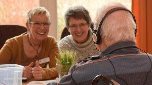 Die Freude ist ihnen ins Gesicht geschrieben: Susanne Stelling (links) und Angela Peters haben einen Bewohner mit Musik versorgt.