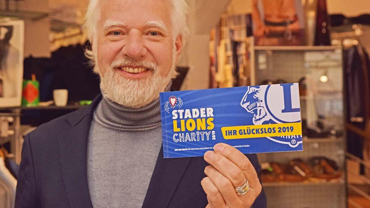 Jochen Köhler zeigt das neue Los für die Lions-Charity 2019